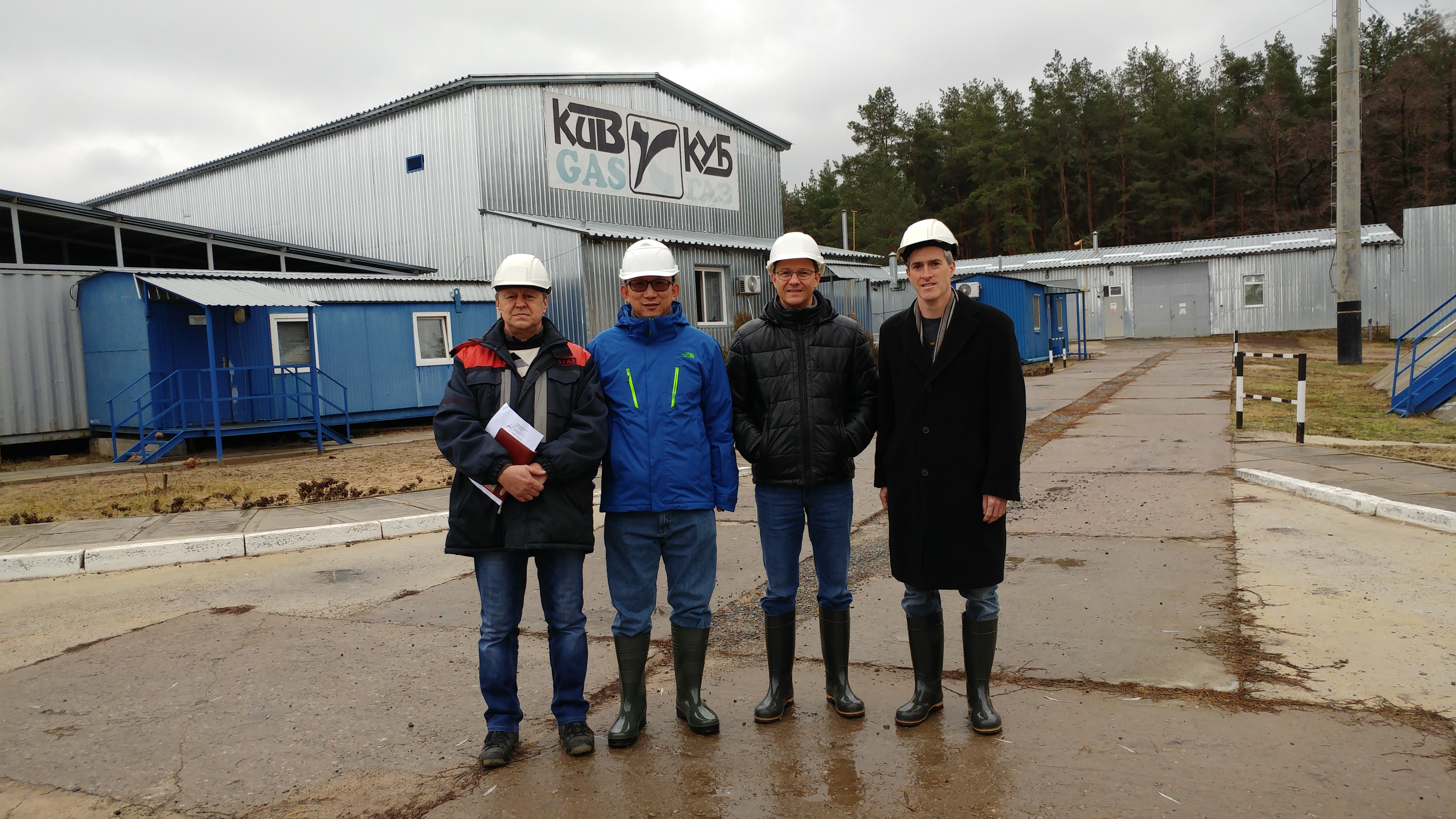 Group picture in front of the gas plant